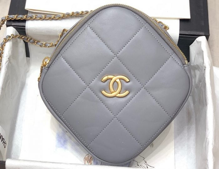 IMG 200722a 597 ccr 700x540 - Chanel Diamond Square Quilted Mini Shouler Bag 2020