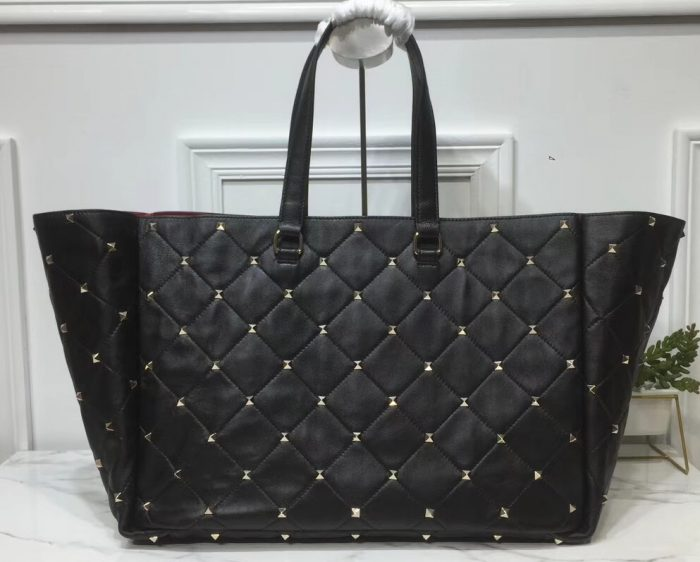 IMG 90523a 173 cr 700x562 - Valentino Large Quilted Boomstud Top-handle Bag 2019